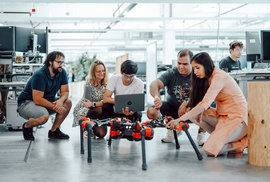 Roboti budou zvědaví. Facebook oznámil, jak chce rozvíjet roboty pomocí jejich zkušeností