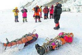 Mrtvá těla po cestě na vrchol Mount Everestu.