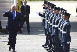 Americký prezident Donald Trump přistál v Londýně
