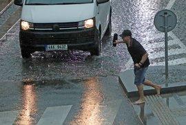 Bouře komplikuje dopravu v Praze, hasiči zasahují na 20 místech. V metropoli platí výstraha před přívalovými srážkami