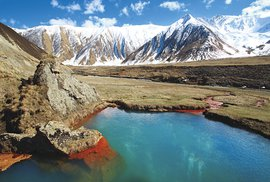 Jezírko sbarevnými minerálními usazeninami