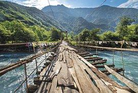 Dřevěný most přes řeku Bzipi