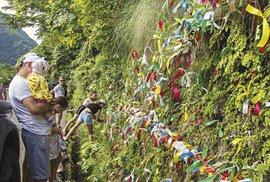 Vodopád Dívčí slzy je oblíbenou zastávkou ipro turisty zRuska