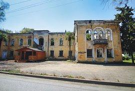 Opuštěné budovy nahlodává zub času aprorůstá jimi zelená džungle