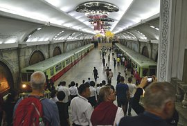 Pchjongjang, metro vešpičce. Žádné představení sherci předvádějícími cestující nebo vlastním vagónem se nekoná, večerní špička je opravdová.