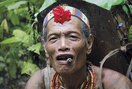 Domácí takřka nepřetržitě kouří, balené cigarety si připalují jednu od druhé.