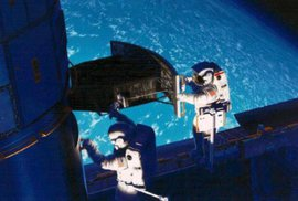 Američtí astronauti Jeffrey Hoffman a Story Musgraven instalují nové kamery na Hubbelův teleskop v roce 1993.
