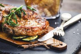 Svět čeká revoluce v jídle: Na vzestupu je umělé maso, umělé ryby i umělé mléko