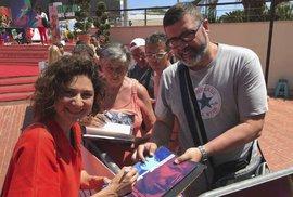 Martha Issová se podepisuje na festivale v Monte Carlu.