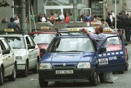 Absurdita: Poslanci taxikářům možná nezruší zkoušky z místopisu. Proč jdou zákonodárci proti proudu času?