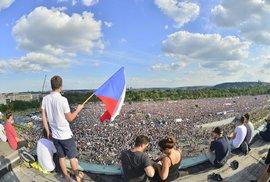 Zdravý rozum Cyrila Höschla: Demonstrující dav sjednocuje sdílený odpor, s časem ale jednotnosti ubývá