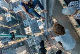 Děsivé video: Pod turistkou praskla skleněná vyhlídka chicagského mrakodrapu