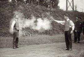 1923 – Testování neprůstřelných vest nebyla nejbezpečnější záležitost.