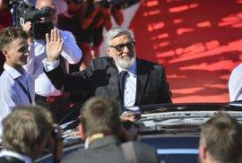 Z deníčku baťůžkáře: Čeští umělci kvůli zbrojovce vyhrožují, že příště nepřijedou.…