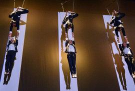 Artisté několik metrů nad zemí i imaginární schody. Podívejte se na unikátní choreografii bratří Cabanů