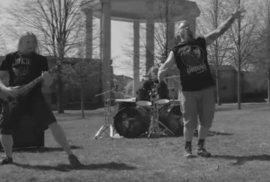 Metalová kapela nahrála klip v památníku v Lidicích. Je to nevinná nuda, přesto…
