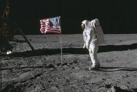 """Astronaut Edwin """"Buzz"""" Aldrin pózuje u vlajky Spojených států, kterou s Neilem Armstrongem vztyčili na Měsíci. Při odletu však tlak motorů vlajku porazil."""