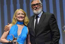 Dojatá Clarksonová mluvila česky, globus má i kameraman Smutný. Festival v Karlových…