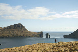 Krajina naFaerských ostrovech vám nejednou připomene Cestu dopravěku.