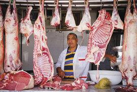 Pouliční řeznictví, kde si zákazník vybere kus masa, je součástí místních restaurací