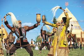 Jakutské kroje i džbán kumysu patří k oslavě slunovratu