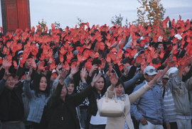 Tisíce rukou chytají slunce, aby zůstalo v duši i během kruté zimy