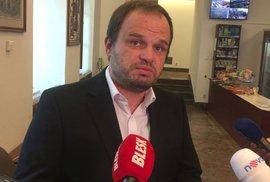 Michal Šmarda (ČSSD) reaguje ve Sněmovně na dotaz Blesk Zpráv