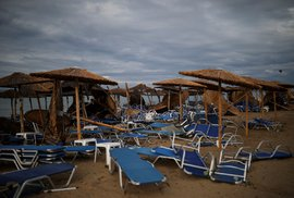 Další škody středeční bouře jsou vidět i na pláži v řecké vesnici Nea Plagia