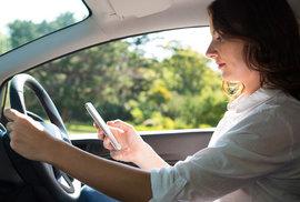Jak neuvařit mobil v autě? Rychlé tipy, které jej ochrání při cestě na letní dovolenou