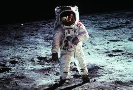 Ikonická fotografie, která zdobila dětský pokoj autora tohoto článku. Skutečnost, že na ní není Neil Armstrong (ten snímek pořídil a je vidět v odrazu helmy), ale jeho kolega Buzz Aldrin, zjistil až po letech.