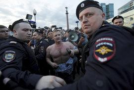 Volby v Rusku: Putinova vládní strana ztratila v Moskvě třetinu mandátů, udržela ale těsnou většinu