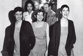 Ani krátce po vynesení rozsudku trestu smrti neztrácely členky Mansonova komanda úsměv (zleva S. Atkinsonová, P. Krenwinkelová a L. Van Houtenová, která byla u masakru v domě manželů La Biankových)