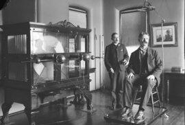 """Dva lékaři předvádějí velké zařízení pro """"léčbu"""" elektrošoky. Nemocnice sv. Alžběty, Washington, 1923"""