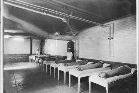 Pacienti během tzv. hydroterapii - horké či studené koupele se střídaly se zábaly v mokrých pokrývkách. pacienti se během terapie většinou nemohli hýbat. Nemocnice sv. Alžběty, Washington, 1886