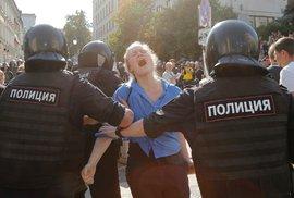 Policie v sobotu zatkla přes 560 účastníků nepovolené demonstrace u moskevské radnice, kterou svolala opozice kvůli vyloučení části kandidátů z komunálních voleb. (27.7.2019)