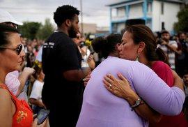 Lidé truchlí za oběti střelby v El Pasu. (4.8.2019)