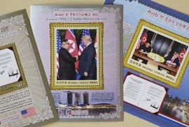 Donald Trump na severokorejských poštovních známkách: Kim Čong-un vedle něj pochopitelně nechybí