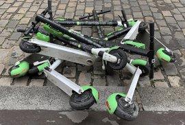 Parkování koloběžek na pařížských chodnících už radnice zakázala