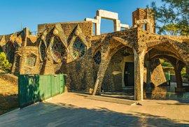 Španělské městečko poblíž Barcelony ukrývá nedokončený kostel z dílny slavného architekta Gaudího