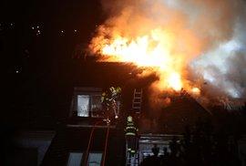 Bývalou Krejčířovu vilu v Černošicích v noci pohltily plameny, příčiny požáru zatím nejsou známé