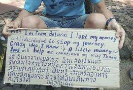 Turisté žebrající v Asii o peníze na své další cestování.