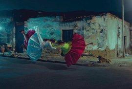 Domorodé cholitas se věnují wrestlingu v tradičním oděvu