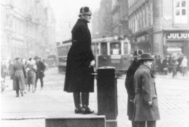 """Před 100 lety začali dopravu v Praze řídit strážníci. Na silnicích skončilo """"právo …"""