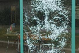 """Umělec Simon Berger """"kreslí"""" portréty rozbíjením skla"""