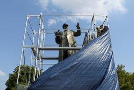 Poláci mají skvělá válečná muzea a velebí svůj odboj, Češi se hádají o sochu maršála …