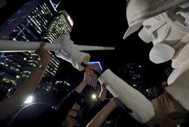 Protesty v Hongkongu pokračují, policie proti demonstrantům zasahuje slzným plynem, vodními děly a gumovými projektily.