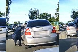 Kočičí hrdina. Video zachytilo muže, který na poslední chvíli vytáhl kotě zpod auta
