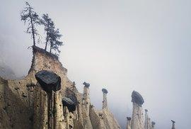 Zemní pyramidy v Jižním Tyrolsku zahalené mlhou prozraují typický Martinův rukopis
