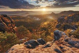 Podzimní západ slunce v Českosaském Švýcarsku na snímku Martina Raka
