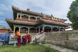 Lamové zkláštera Amarbajasgalant před hlavním chrámem Cchogčhen připravují přestavbu chrámového interiéru pro slavnost cam